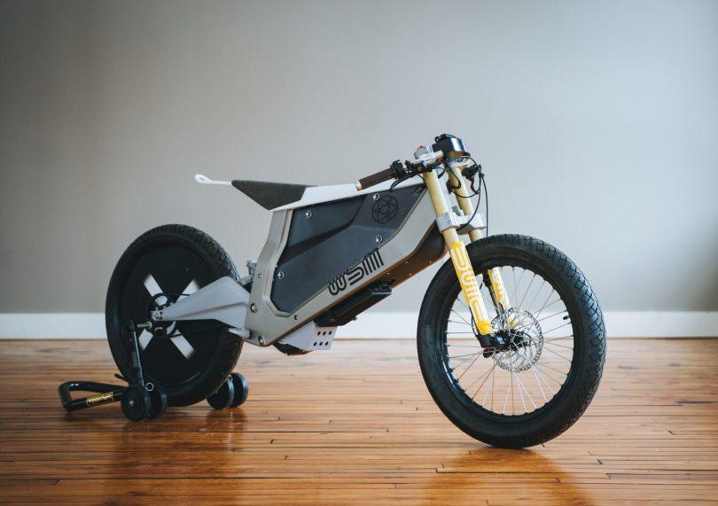 """Das Bike von """" WSM Concept"""", das aussieht, als käme es aus der größeren Zweiradwelt, nicht nur aus der Motorradwelt, das auch an Bahnfahrräder und Mopeds erinnert, sowie an Performance-Motorräder."""