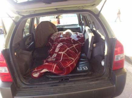 Μετέφερε την 88χρονη μητέρα του στο πορτμπαγκάζ, επειδή δεν υπήρχε ασθενοφόρο!