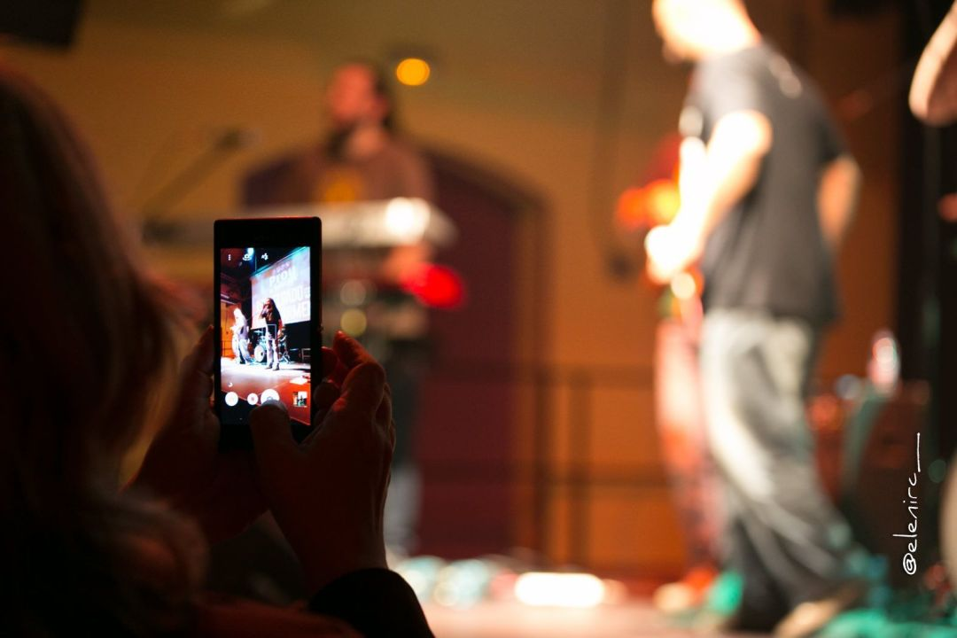 roe delgado en concierto en parets 03 foto: elenircfotografia