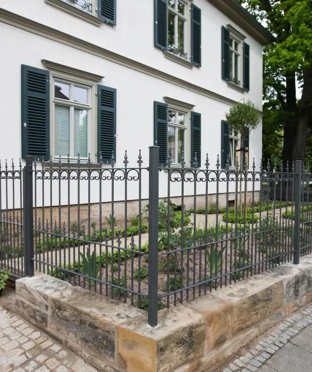 Zaun Lucca in pulverbeschichteter Ausführung mit Spitze Kugellilie