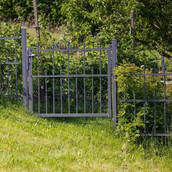 Zaun und Gartentor Ravenna in pulverbeschichteter Ausführung und auf Hang montiert