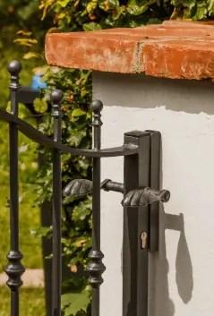 geschwungenes Gartentor Balerna mit Schließblech in pulverbeschichteter Ausführung mit Spitze Kugelstab
