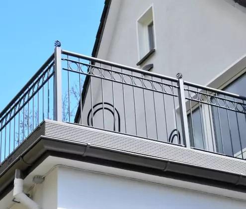 Brüstungsgeländer an Balkon