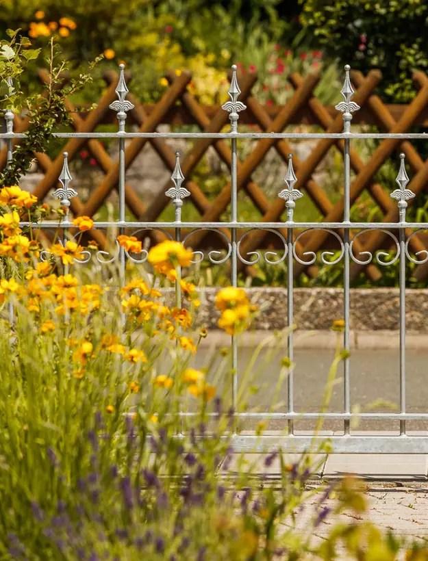 Feuerverzinkter Zaun mit Blumen geschmückt