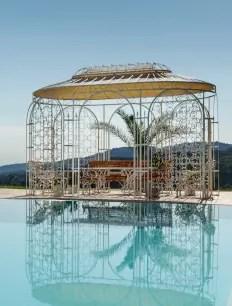 Pavillon Verona in weißer Farbe mit Pool im Vordergrund