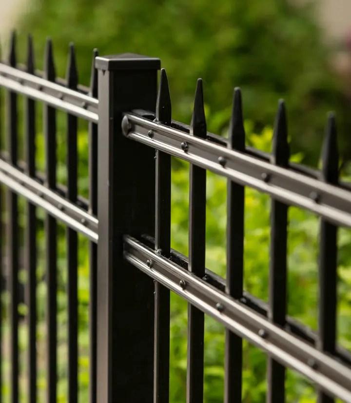 Zaun Riva in pulverbeschichteter Ausführung und Farbe schwarz
