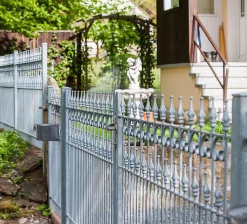Zaun und Toranlage Lugano in feuerverzinkter Ausführung