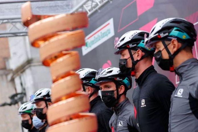 El británico Simon Yates, en medio de sus compañeros, partió como uno de los grandes candidatos al título del Giro de Italia 2021.