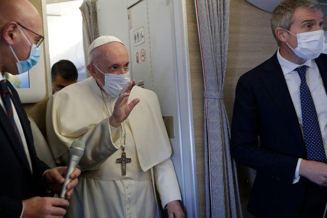 El papa Francisco comenzó su viaje de tres días a Irak, un país azotado por la pandemia, la destrucción y los conflictos.