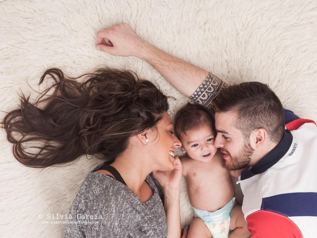 fotografía de bebés, fotos de bebés y familias, fotografía familiar Madrid, fotos de familias naturales, bebes Moralzarzal, fotos de bebes Collado Villalba, fotos de familia diferentes