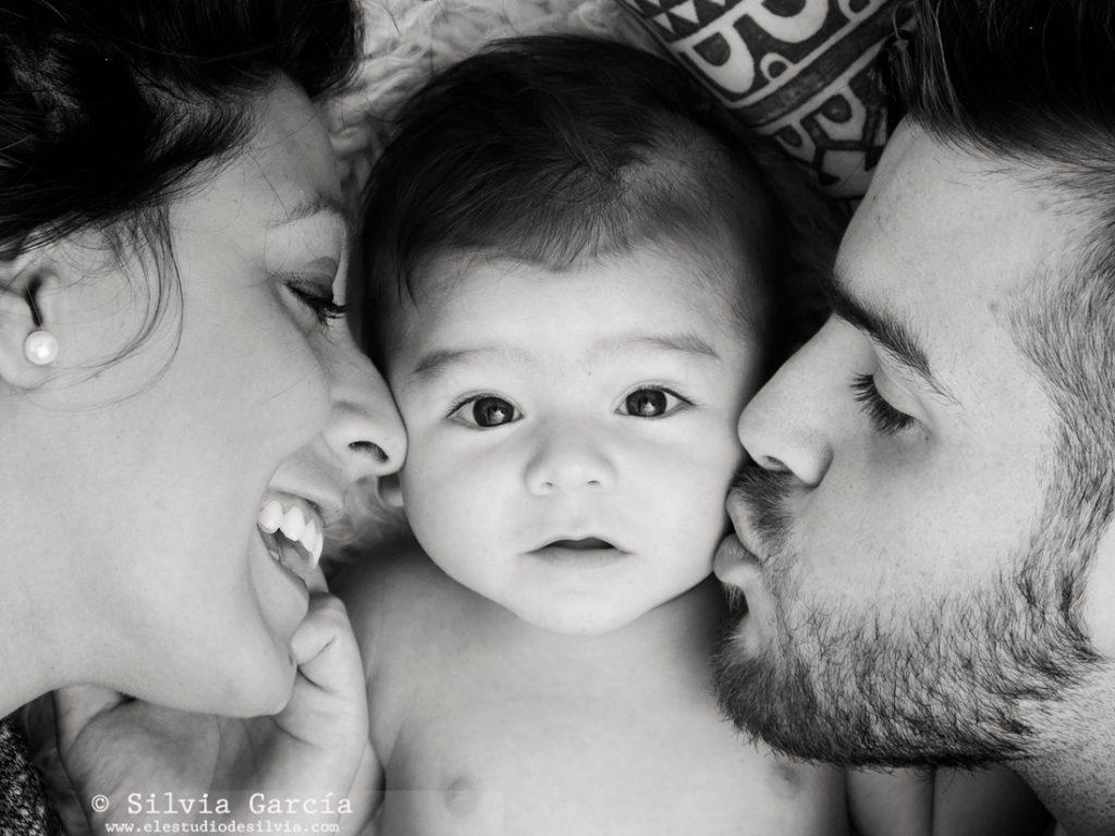 fotografía de bebés, fotos de bebés y familias, fotografía familiar Madrid, fotos de familias naturales, bebes Moralzarzal, fotos de bebes Collado Villalba, fotos de familia diferentes, fotos de familia divertidas