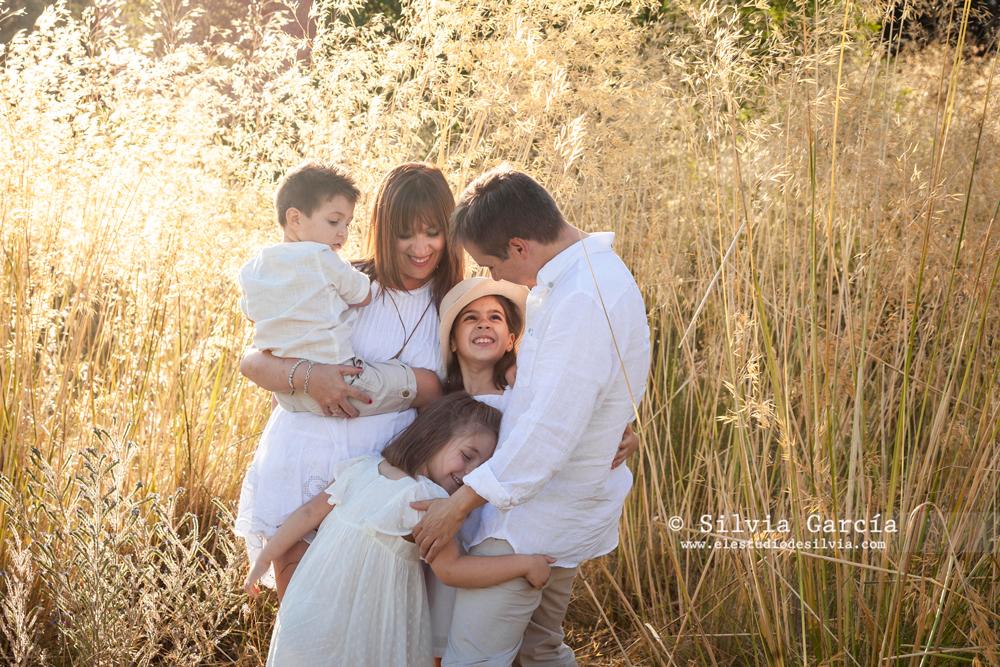 sesiones de verano Sierra de Guadarrama, fotos de familia naturales, fotografía familiar Madrid, fotos de familia en el campo