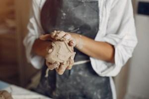 La arcilla es un elemento muy utilizado en arteterapia, por su facilidad de transformación.