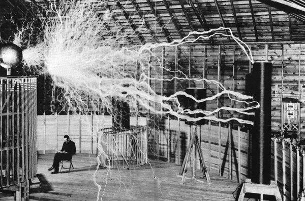 """1. Nikola Tesla en su laboratorio con su """"Transmisor de amplificaciones"""""""