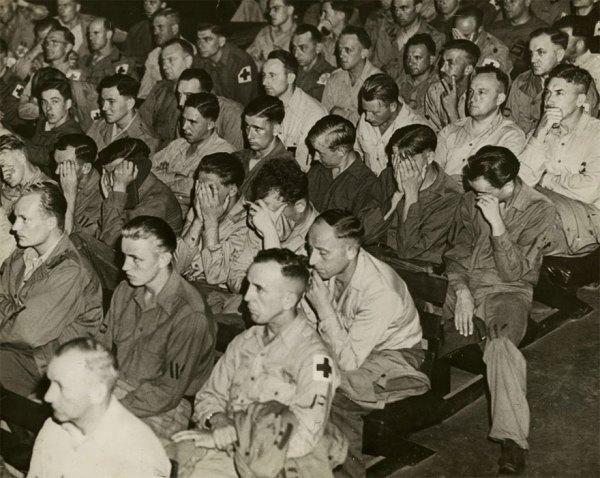 11. Soldados alemanes reaccionando ante las imágenes de campos de concentración, 1945