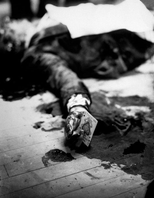 16. Joe Masseria, capo mafioso, muerto en el suelo de un restaurante de Brooklyn mientras sostiene el as de picas, 1931