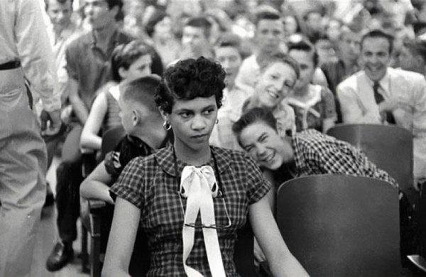2. Dorothy Counts, 1ª chica negra en asistir a una escuela de blancos en EEUU, con sus compañeros burlándose de ella, 1957
