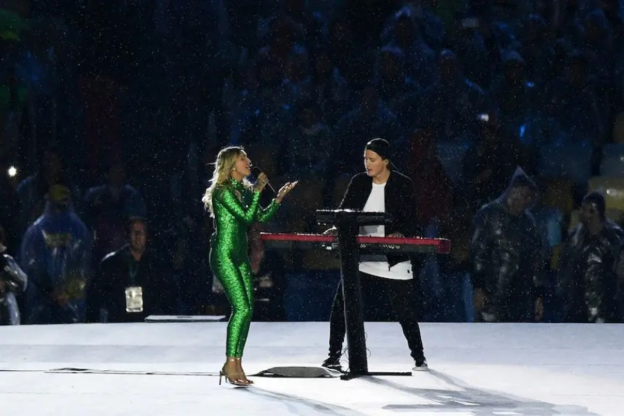 """RIO DE JANEIRO, BRAZIL - AUGUST 21: Electronic music artist Kygo and singer-songwriter Julia Michaels perform the song """"Carry Me"""" during the Closing Ceremony on Day 16 of the Rio 2016 Olympic Games at Maracana Stadium on August 21, 2016 in Rio de Janeiro, Brazil. (Photo by Pascal Le Segretain/Getty Images)"""