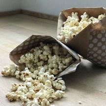 Wochenende ! Familienzeit wir haben in den letzten Tagen schon fleissig Pocorntüten gefaltet Raben und Hexen gefilzt .Filzen-Popcorn-Wochenende !