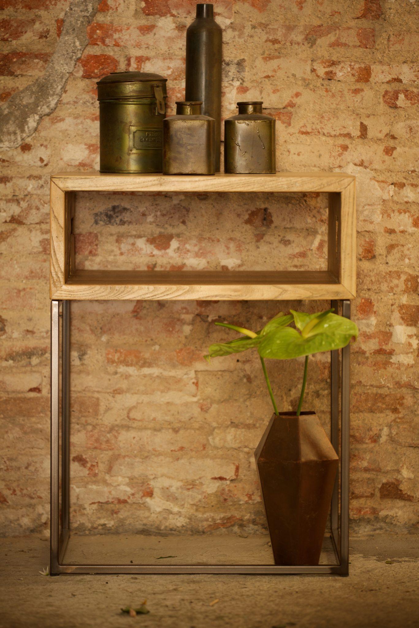 Mesa auxiliar de hierro y madera reciclada  El Globo Muebles