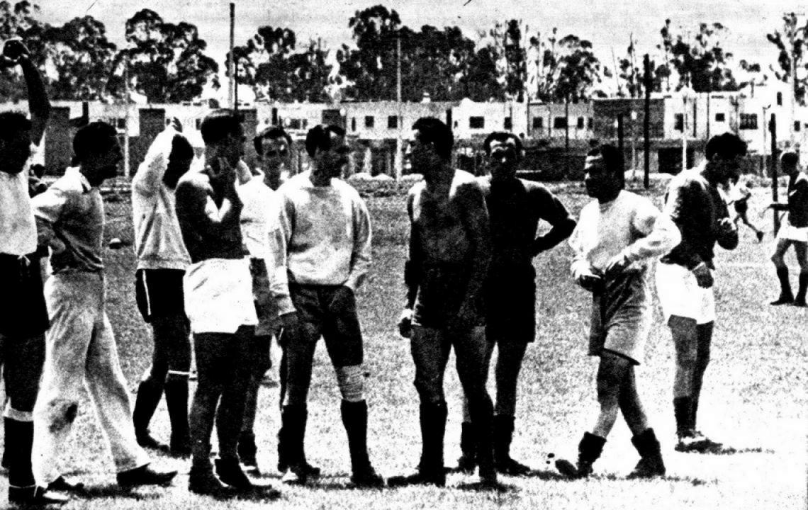 """Mi primer día de fútbol en México: entrenamiento del Plantel del España. Allí están Blasco, Lángara, """"Cubanaleco"""", Haedo, Fernando García, el entrenador costarricense, y Septiem, el único mexicano que integraba el equipo."""