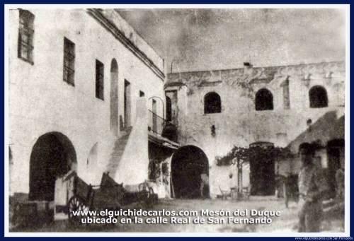 """Patio interior del Mesón del Duque. Años 60. El Mesón se ubicaba en la calle Real de San Fernando frente a la casa conocida como """"la del Turco""""."""