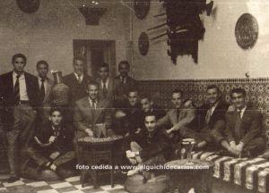 Los jugadores en la Casa de España en Tanger. Aquel partido frente el España de Tanger se perdió por 3-2. Fotografía cedida por la familia de Devesa.