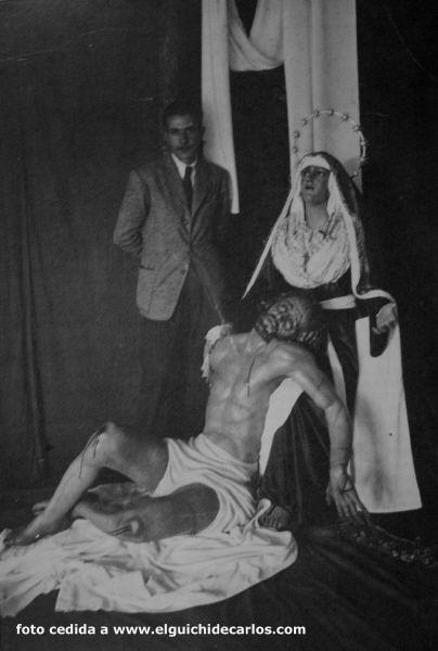 Antonio Bey con el grupo escultórico de la caridad
