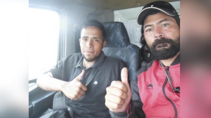 Reinaldo junto a Pablo, otro migrante que conoció y lo acompañó durante su paso por Ecuador y Perú.