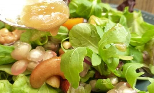 Ensalada de temporada con granada y frutos secos aderezada con emulsión de dulce de membrillo.