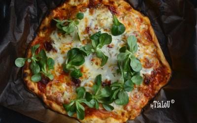 Pizza casera de chorizo y cebolla.