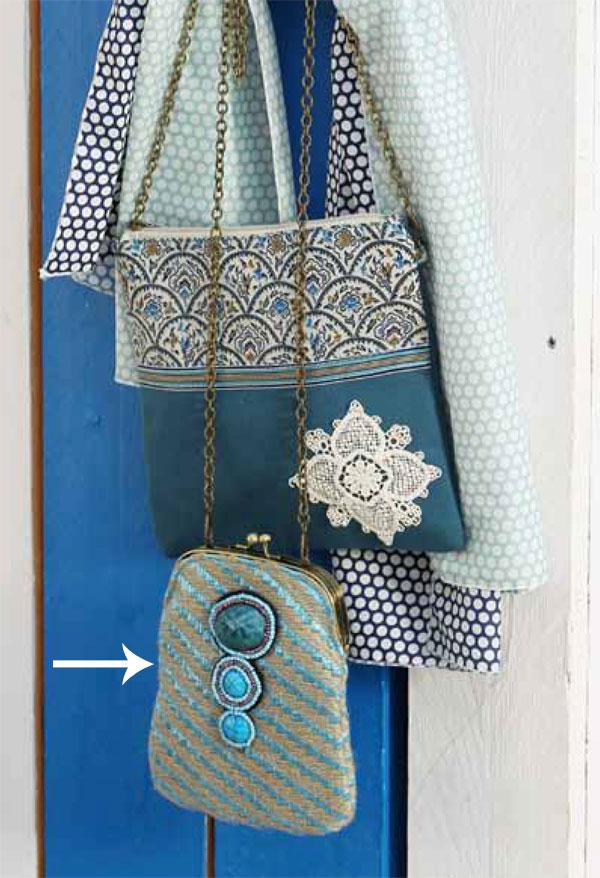 Bolso pequeño azul con piedras de Quintana Difusión