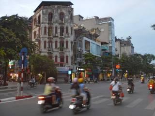 Motorini e case corridoio ad Hanoi