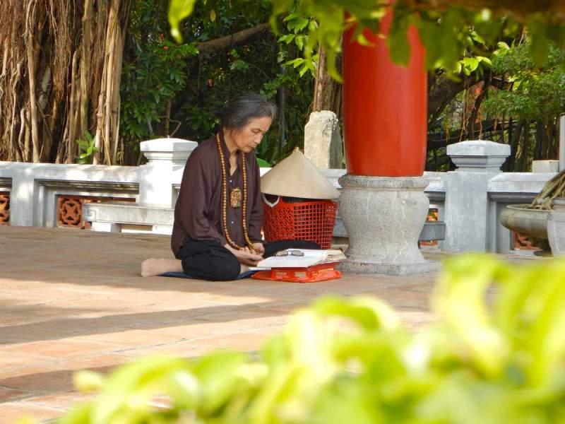 Momento di preghiera alla Pagoda Ngoc Son, Hanoi