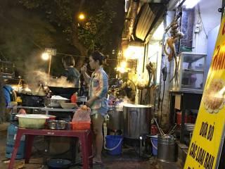 Street food sul marciapiede ad Hanoi, Vietnam