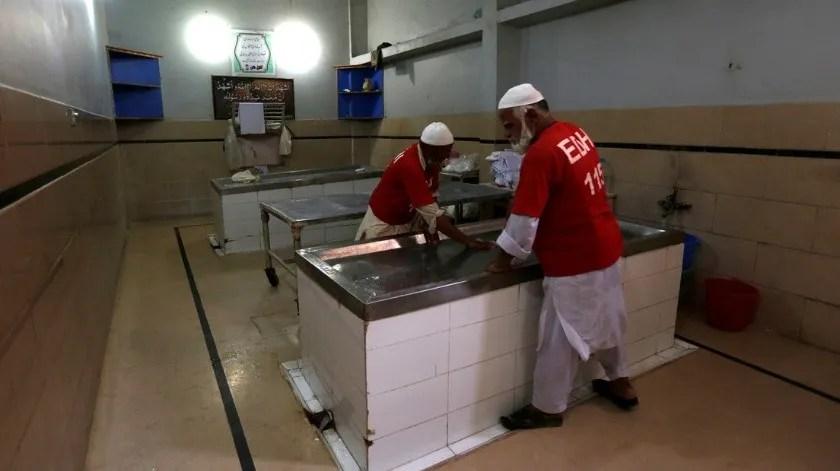 'Resucita' en una morgue mientras lavaban su cuerpo para el funeral(Akhtar Soomro / Reuters)