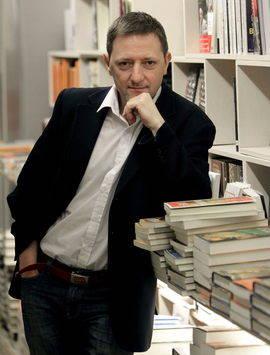 El escritor Ignacio Martínez de Pisón en una foto de archivo. Efe