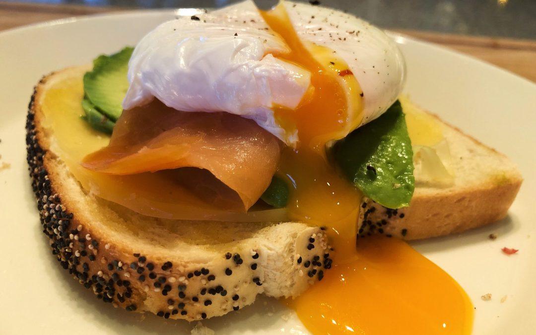 Toast med rökt lax, ost, avokado och pocherat ägg
