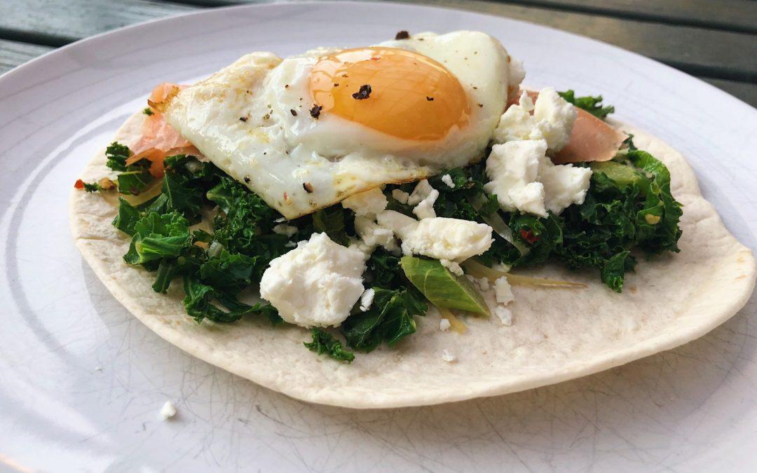 Wraps med rökt lax, grönkål och ägg