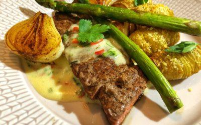 Ryggbiff med hasselbackspotatis stekt sparris och lök samt chilibea