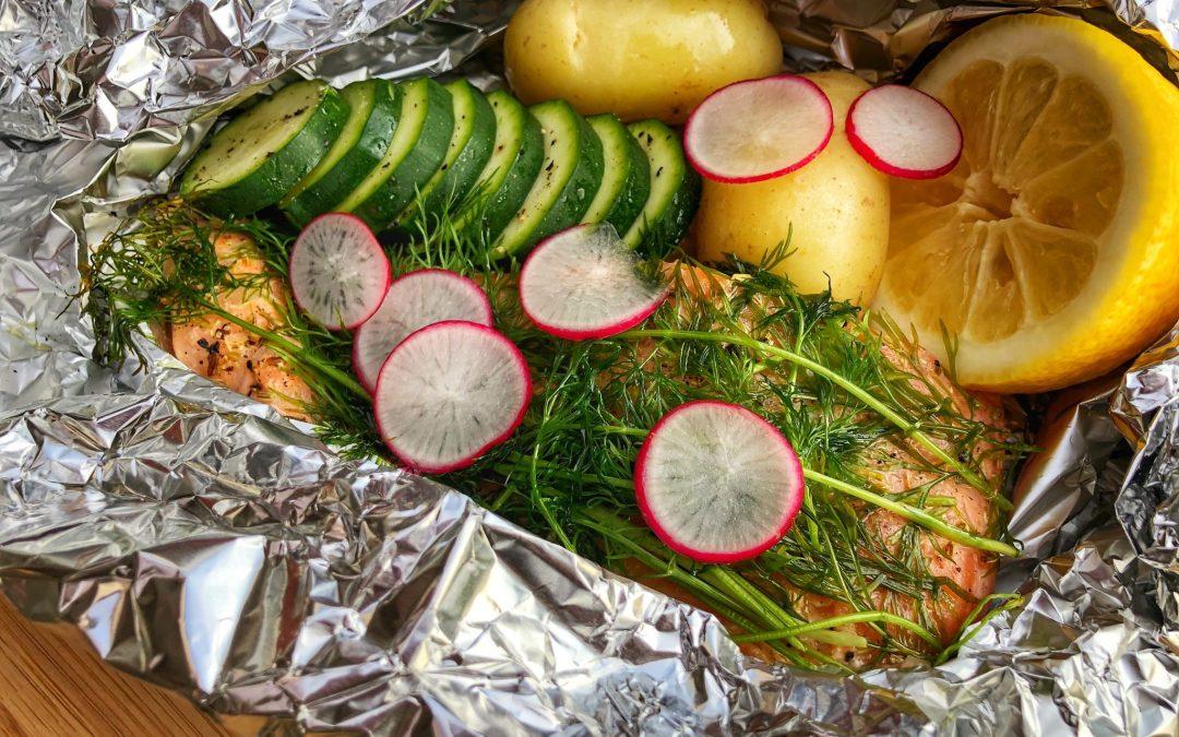 Lax i grillpaket med färskpotatis, zucchini och citron