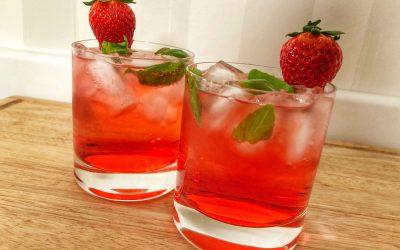 Gindrink med smak av jordgubb och basilika