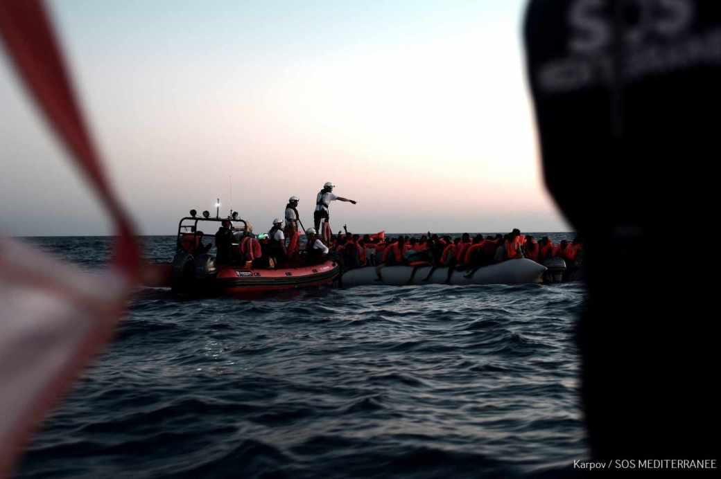 Rescate de uno de los grupos de inmigrantes que permanecen a bordo del Aquarius, en el mediterráneo.
