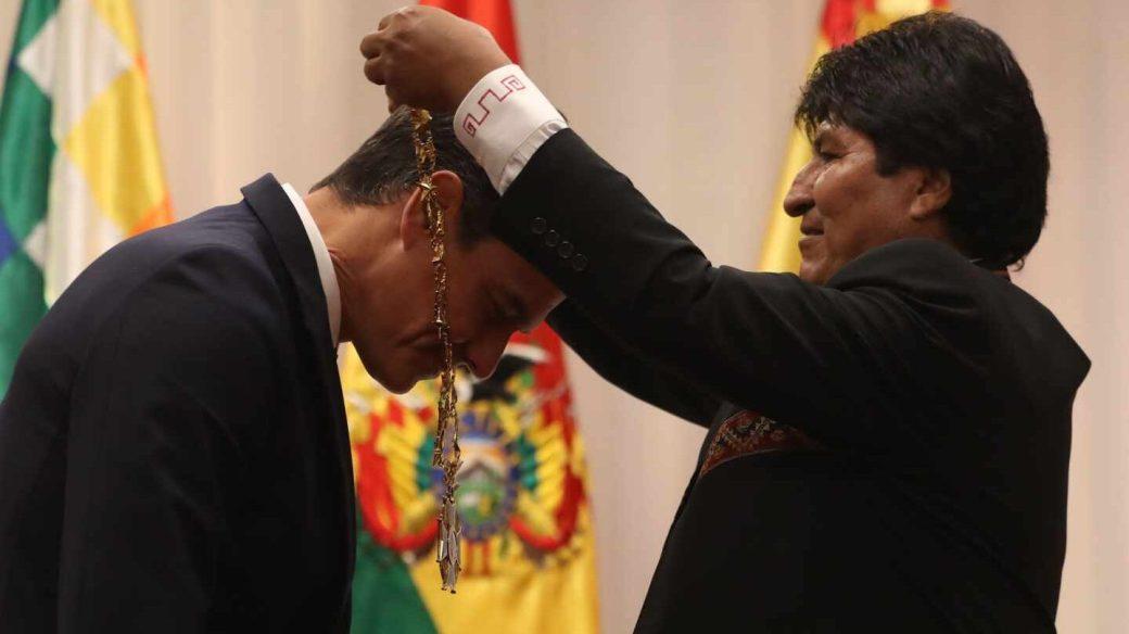 Evo Morales condecora a Pedro Sánchez como Cóndor de los Andes.