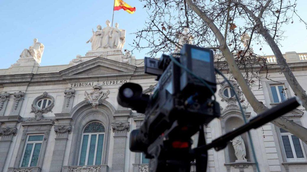 Juicio al procés: una cámara frente a la entrada del Tribunal Supremo.