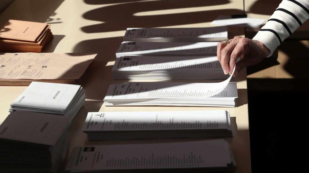 Un votante escoge su papeleta antes de paticipar en las Elecciones Generales.