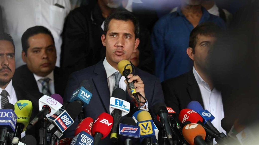 Juan Guaidó se dirige a los periodistas.