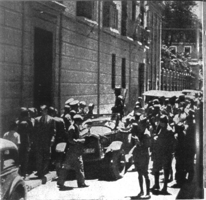 Esta instantánea recoge, supuestamente, el momento del día 20 de julio de 1936 en que guardias de asalto y falangistas sublevados tomaron el Gobierno Civil de Granada (actual Facultad de Derecho). El primer vehículo es el Oakland de Juan Luis Trescastro, con el que después fueron a detener a García Lorca. La foto fue publicada en IDEALcuatro días después.