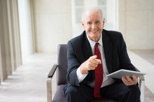 60, edad mínima para poder ser alto cargo de la administración.