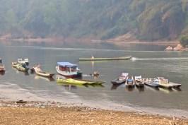 Bateaux amarrés devant Muang Ngoi